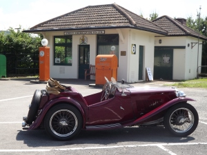 1922_filling_station_&_vintage_car,_Brooklands,_22_July_2012